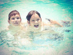 kinder haben spass im pool
